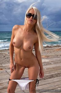 Perfect Babe In Bikini Lena