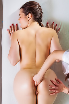 Arwen Gold pussy massage