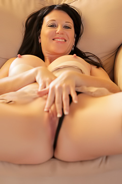 Licious Gia is fingering herself