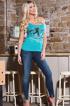 MILF Lexi Lowe in jeans