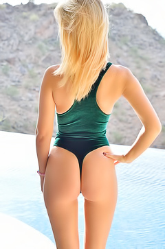 Bootylicious blonde in Swimsuit