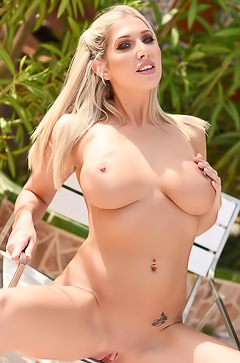 Lexi Lowe is horny from herself