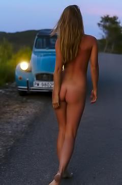 Marisa Papen is walking naked