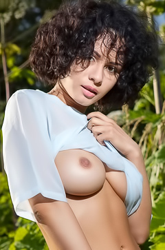 Natural busty Pammie Lee
