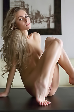 Stunning Karissa Diamond rubbing her pussy