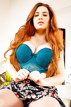 Redhead model Veronica Vain masturbating