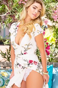 Nude glamour blond Niki Skyler