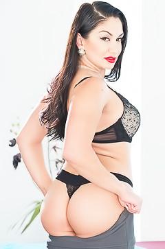 Bootylicious MILF Lea Lexis
