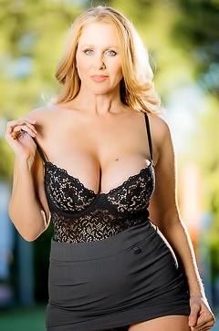 Hot naked MILF Julia Ann